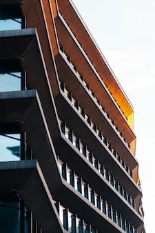 Tiro de ángulo bajo de un edificio de apartamentos de varios pisos