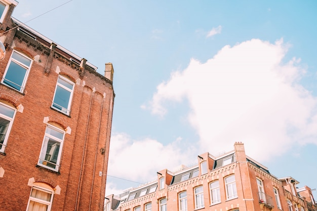 Tiro de ángulo bajo de edificios de hormigón marrón bajo el cielo nublado