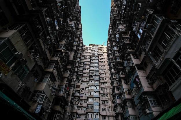 Tiro de ángulo bajo de edificios residenciales en hong kong