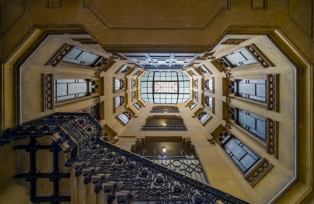 Tiro de ángulo bajo de la escalera geométrica de un edificio antiguo