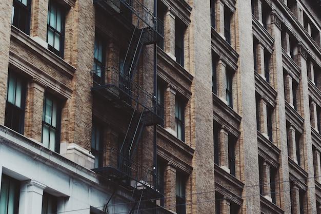 Tiro de ángulo bajo de las escaleras de un edificio de apartamentos en el centro de san francisco