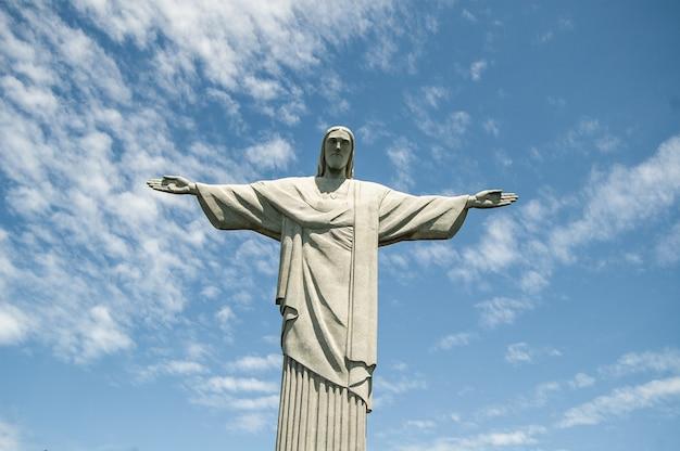 Tiro de ángulo bajo de la estatua del cristo redentor en brasil durante el día