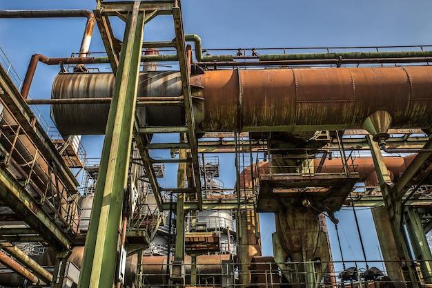 Tiro de ángulo bajo de estructuras metálicas y tuberías con un cielo despejado