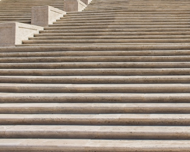 Tiro de ángulo bajo de una hermosa y antigua escalera de piedra