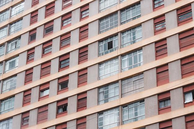 Tiro de ángulo holandés de un edificio alto de apartamentos ventanas