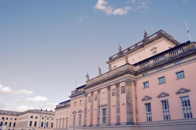Tiro de ángulo holandés de la increíble arquitectura de berlín