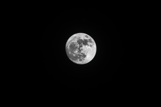 Tiro de ángulo bajo de la impresionante luna llena capturada en el cielo nocturno