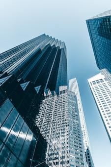 Tiro de ángulo bajo vertical de los edificios de nueva york