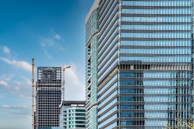 Tiro de ángulo bajo de vidrio exterior del edificio de oficinas urbano