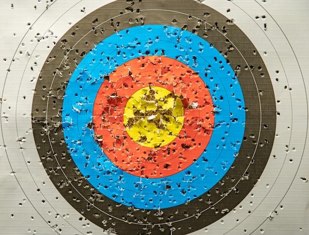 Tiro con arco deportivo en el campo de tiro, competencia por la mayor cantidad de puntos para ganar la copa