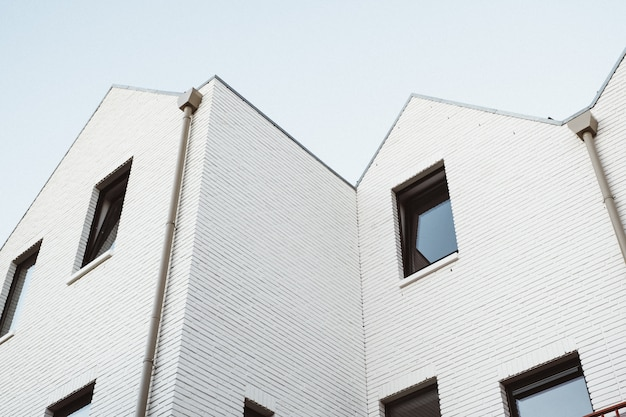 Tiro blanco moderno del ángulo bajo del edificio