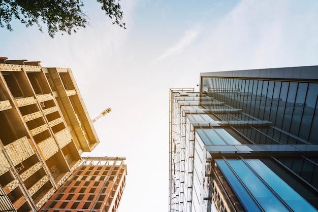Tiro brillante de nuevos edificios en el barrio