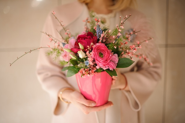 Tiro cercano de flores rosadas en maceta