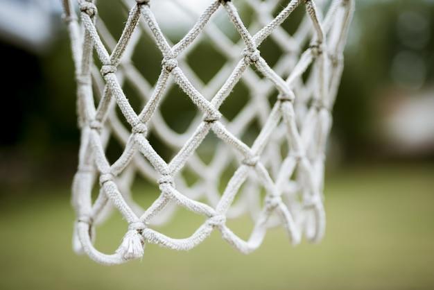 Tiro cercano de una red de aro de baloncesto