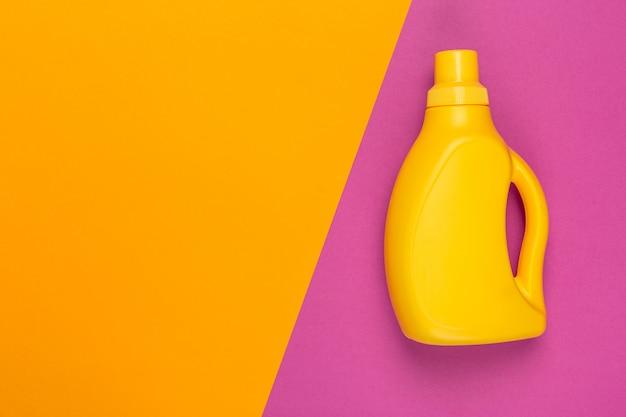 Tiro coloreado brillante de un envase de plástico de productos químicos domésticos. vista superior