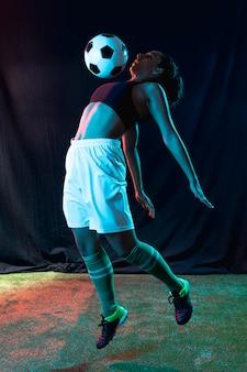 Tiro completo ajuste niña jugando con pelota