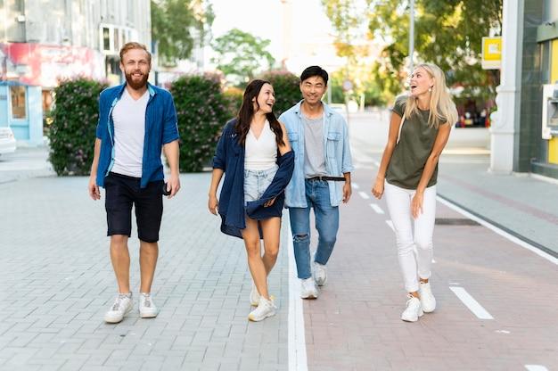 Tiro completo amigos caminando juntos
