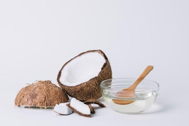 Tiro completo de coco con composición de aceite de coco