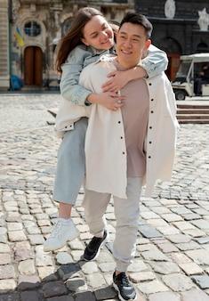 Tiro completo feliz pareja romántica