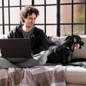 Tiro completo hombre con perro trabajando