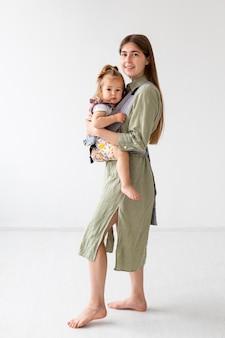Tiro completo madre y niña posando