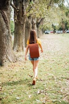 Tiro completo de mujer caminando en el parque