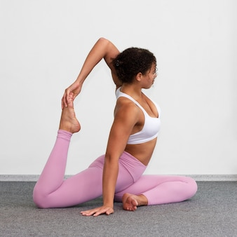 Tiro completo mujer doblando su pierna
