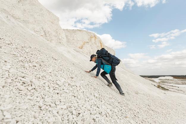 Tiro completo mujer escalada al aire libre