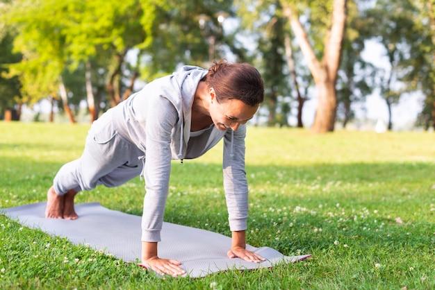 Tiro completo mujer haciendo ejercicio al aire libre