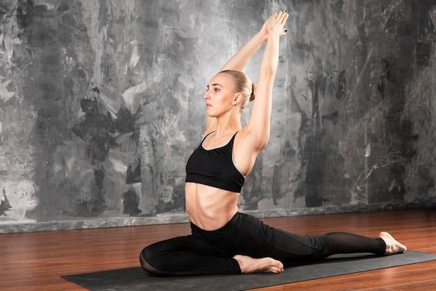 Tiro completo mujer haciendo ejercicio en casa