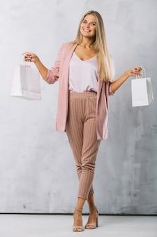 Tiro completo mujer joven con bolsas de compras