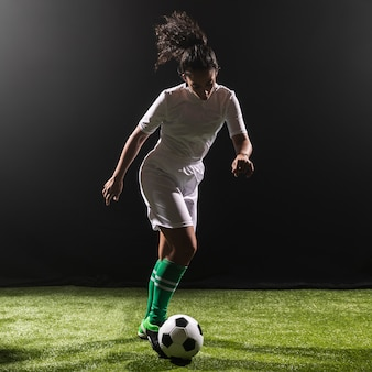 Tiro completo mujer jugando al fútbol