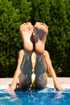 Tiro completo mujer levantando las piernas