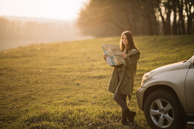 Tiro completo mujer leyendo mapa