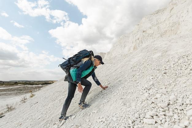 Tiro completo mujer subiendo la colina