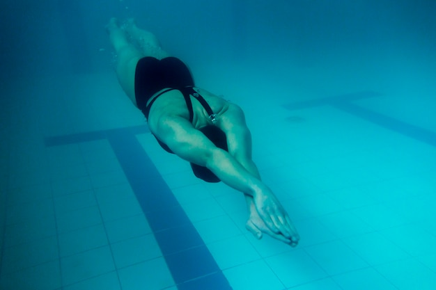 Tiro completo nadador olímpico bajo el agua