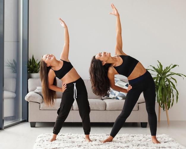 Tiro completo niña y mujer haciendo ejercicio