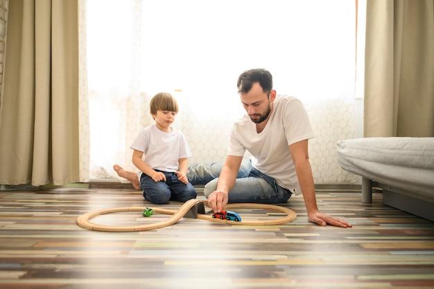 Tiro completo padre jugando con juguetes