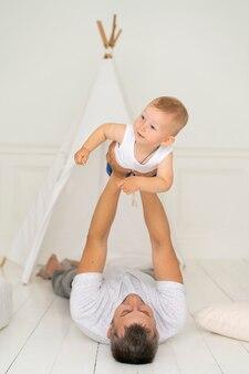 Tiro completo padre jugando con su bebé
