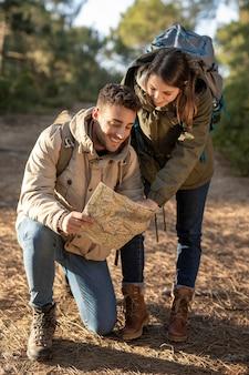 Tiro completo personas felices leyendo el mapa