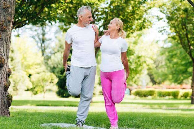 Tiro completo personas haciendo ejercicio juntos