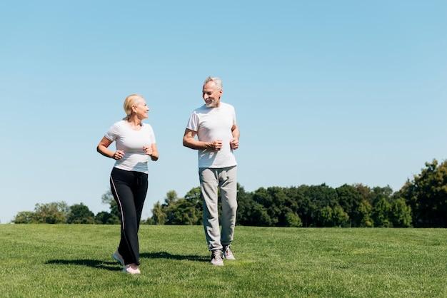 Tiro completo personas mayores corriendo al aire libre