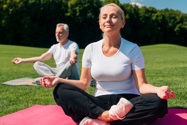 Tiro completo personas meditando sobre colchonetas de yoga