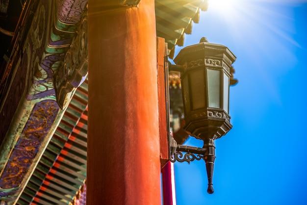 Tiro del detalle de la lámpara antigua en la ciudad prohibida