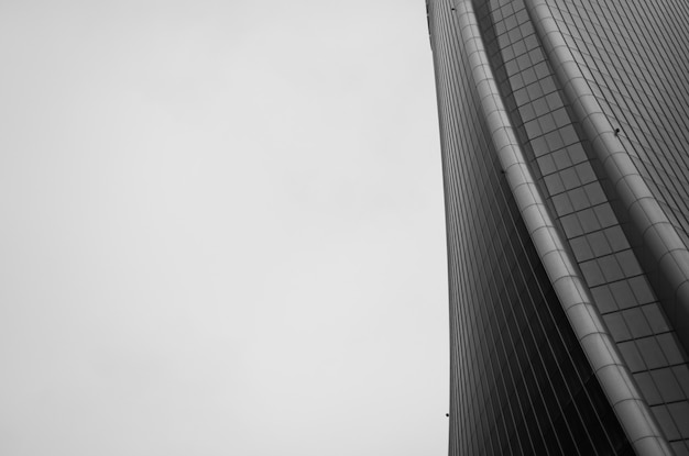 Tiro en escala de grises de una hermosa estructura arquitectónica brutalista