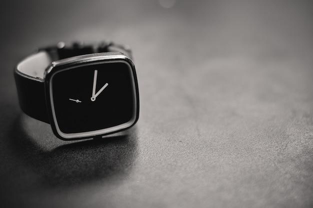 Tiro de escala de grises de un reloj negro