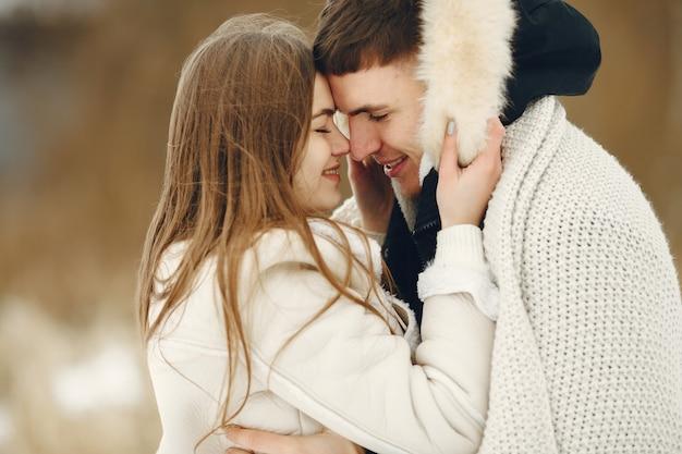 Tiro de estilo de vida de una pareja caminando en el bosque nevado. personas que pasan las vacaciones de invierno al aire libre.