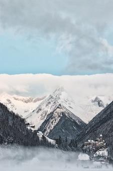 Tiro estructural de la montaña nevada