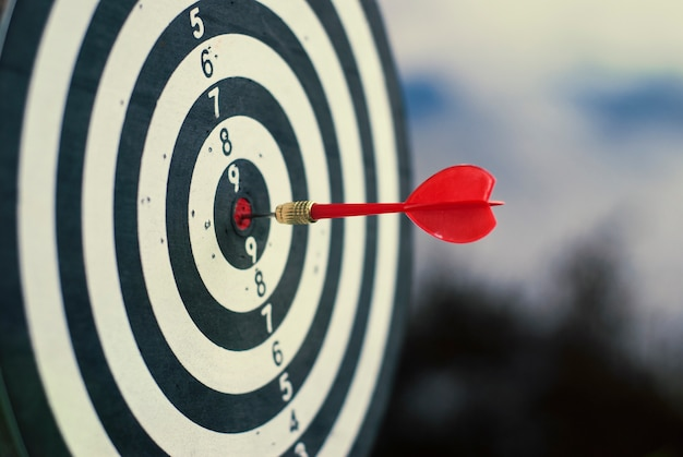 Tiro flecha roja del dardo en el centro de la diana
