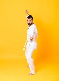Tiro integral de karate mandoing sobre amarillo aislado